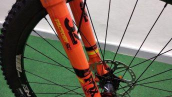 Fourche à suspension Fox 32 d'un vélo de montagne