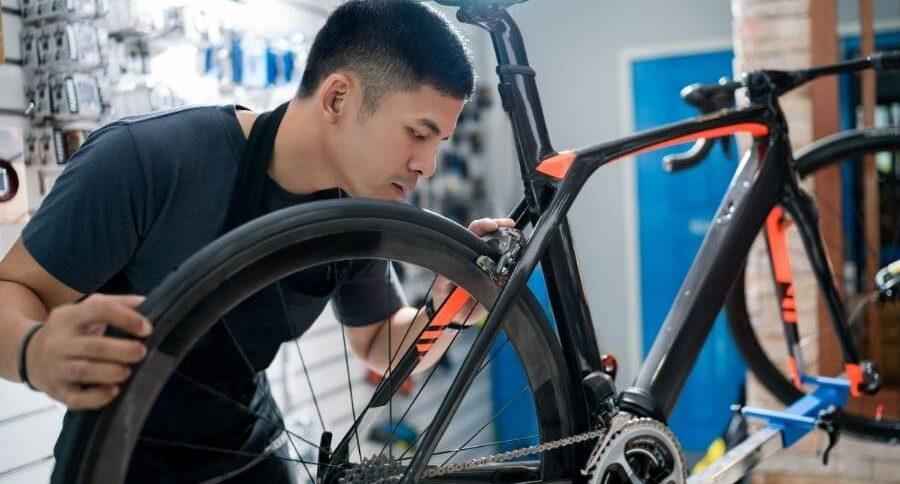 Mécanicien qui bricole un pneu