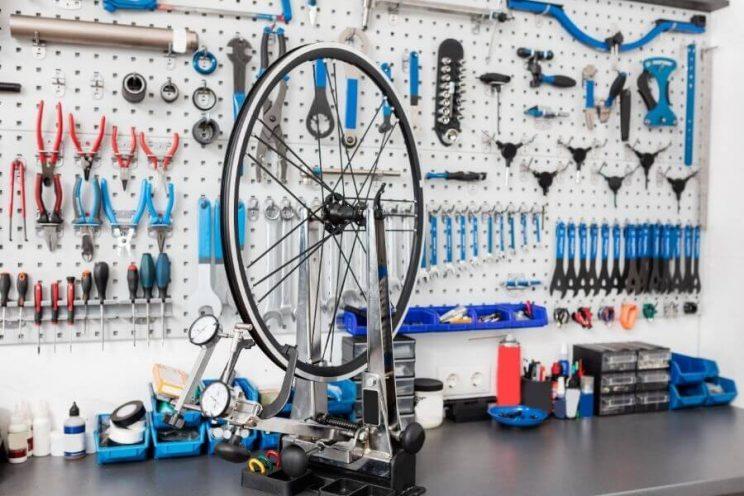 Entrepôt d'un mécanicien avec une roue en réparation