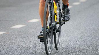 Roue d'un vélo de route et chaussure route