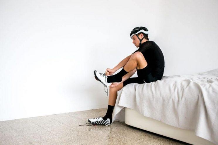 Préparation d'un cycliste avant une sortie à vélo