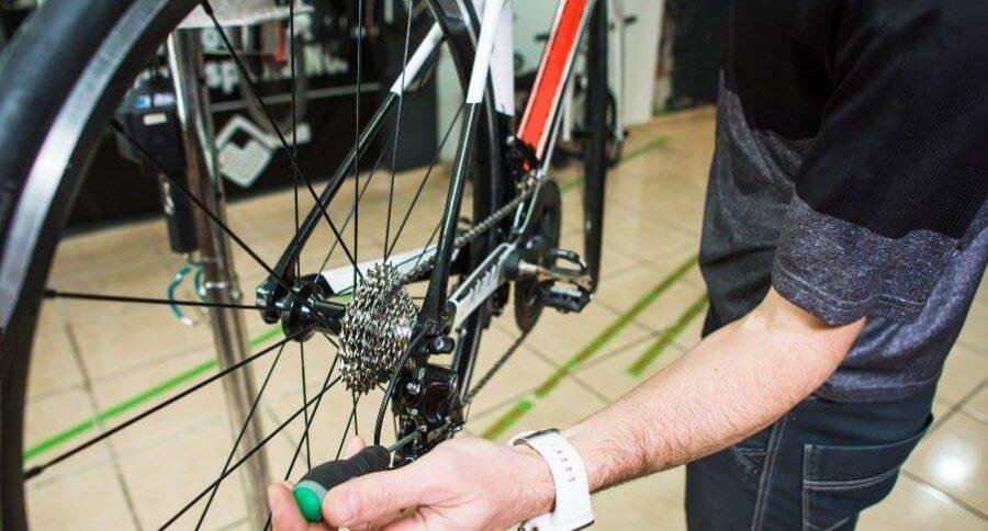 Mécanicien qui bricole la transmission du vélo