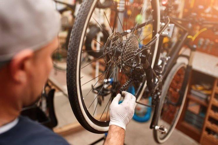 Mécanicien qui bricole la chaîne du vélo
