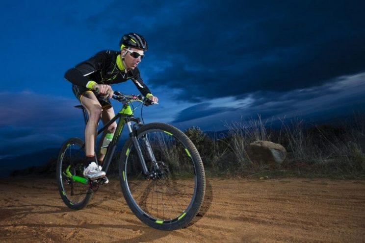Cycliste en vélo de montagne