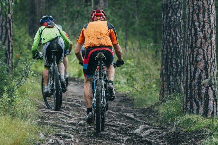 Cyclistes avec vélo de montagne