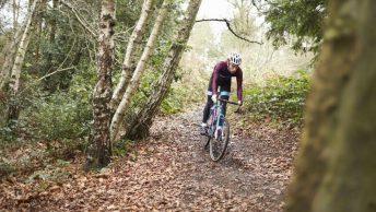 Cycliste avec vélo de gravel