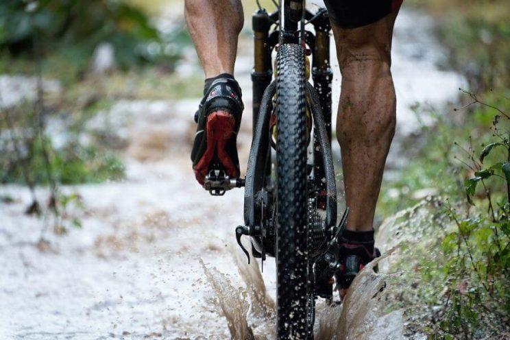 Pneu arrière mouillé d'un vélo de montagne