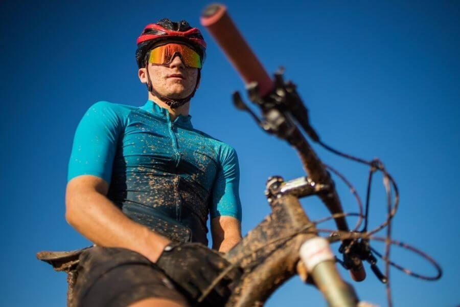 Cycliste avec vélo de montagne