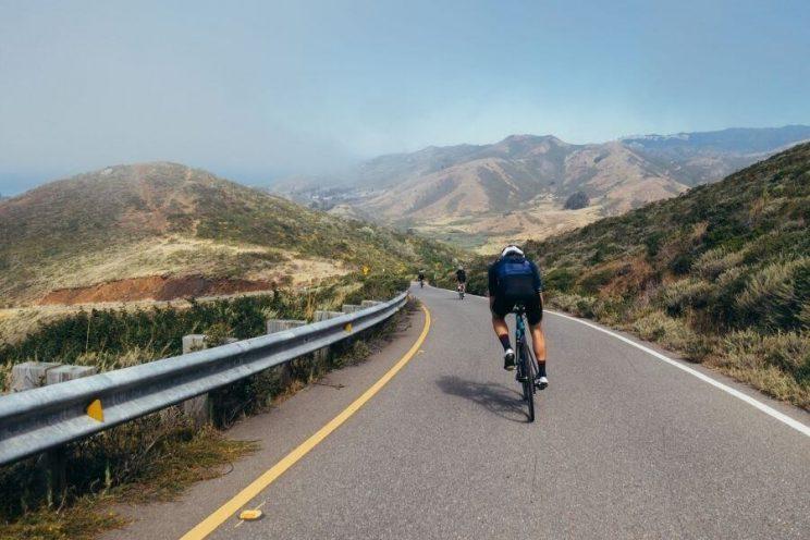 Sortie entre amis cyclistes en vélo de route
