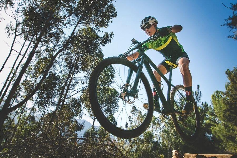 Saut d'un cycliste avec vélo de montagne