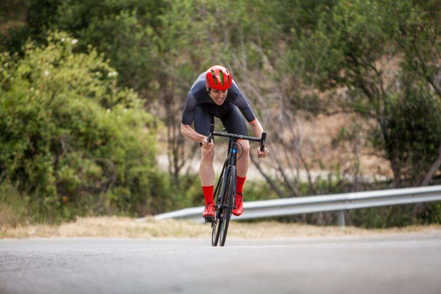 Cycliste avec vélo de route à l'effort