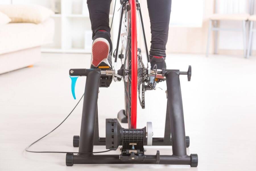 Vue arrière d'un cycliste sur un rouleau pour vélo
