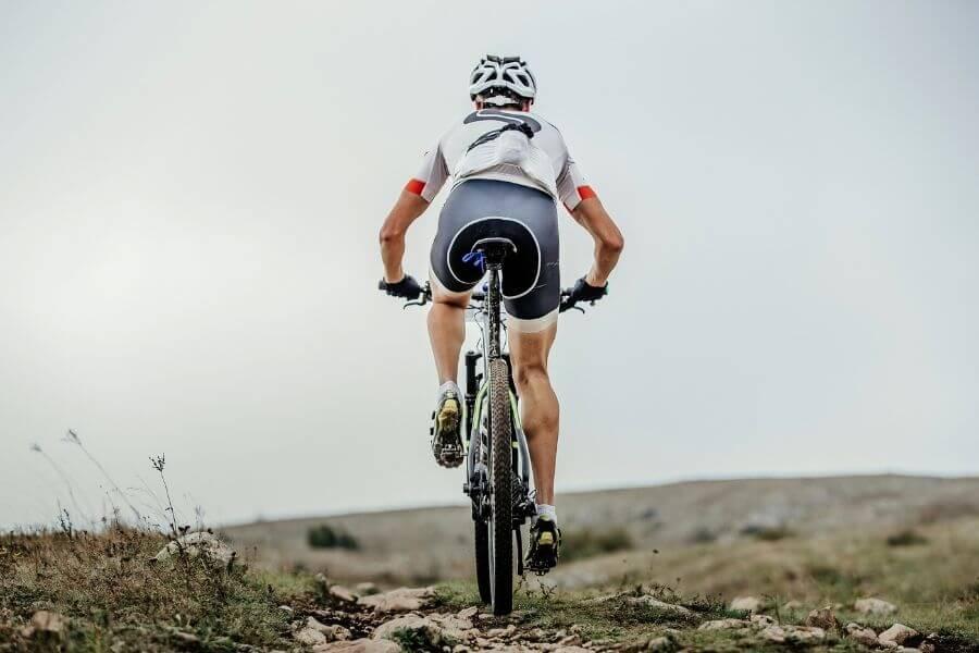 Vue arrière d'un cycliste en vélo de montagne