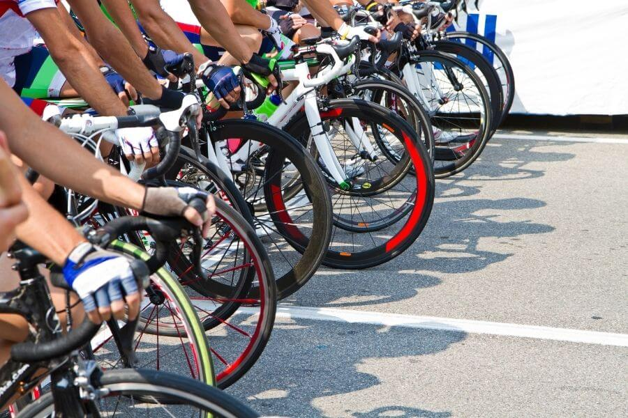 Groupe de cycliste en compétition sur route