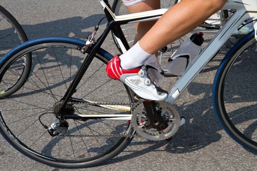 Cycliste avec un vélo et des chaussures de route