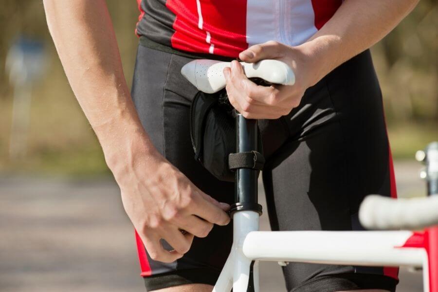 Réglage de la selle d'un vélo de route