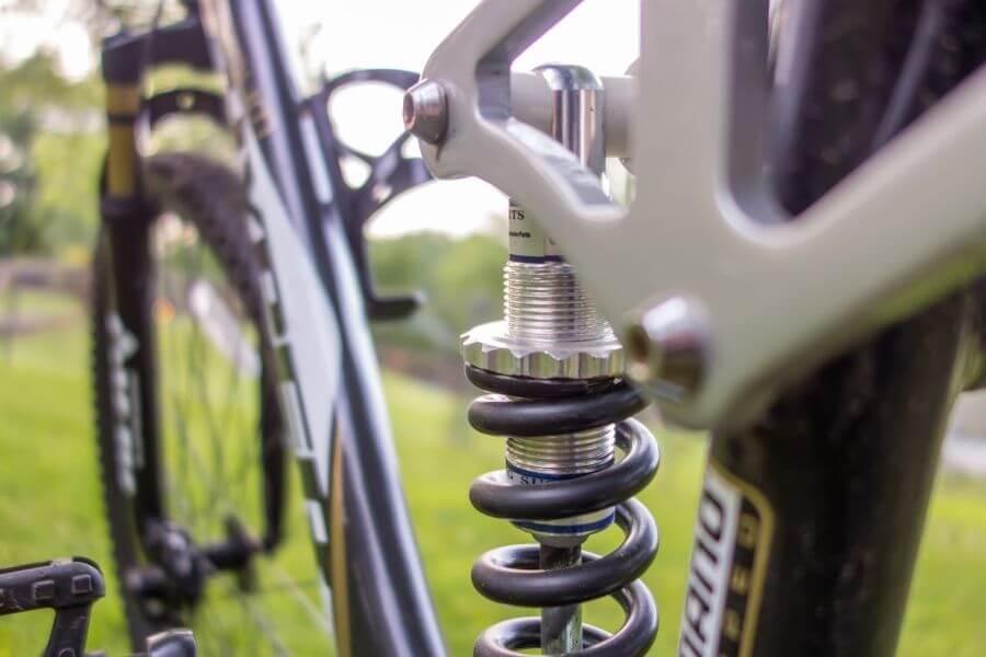Amortisseur arrière sur vélo de montagne