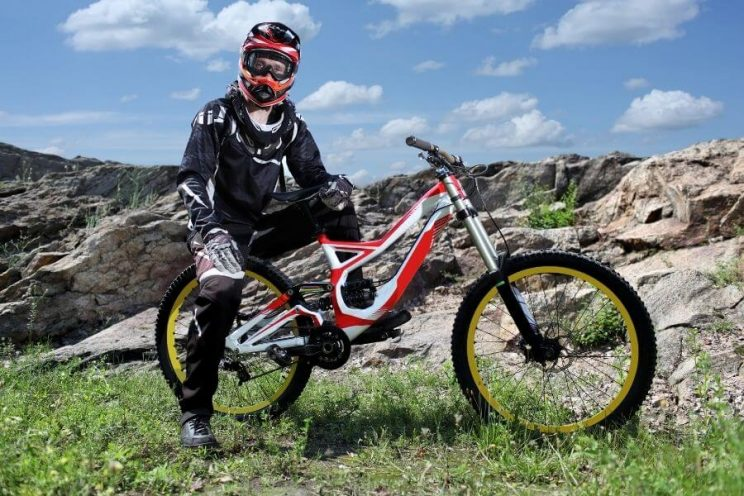 Vélo de montagne VTT Descente avec casque enduro