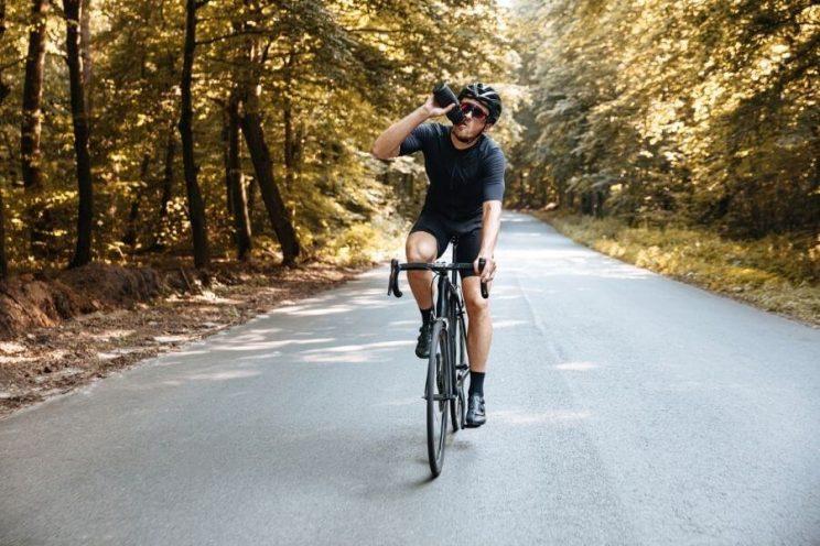 Cycliste qui s'hydrate