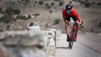 Cycliste faisant un sprint avec son vélo de route