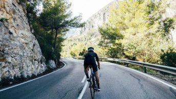 Vue arrière d'un cycliste en vélo de route