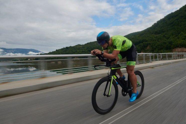 Triathlète avec vélo de contre-la-montre pour le triathlon