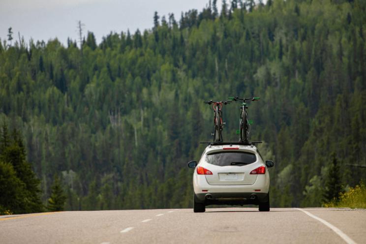 Vélos sur le toit d'une voiture