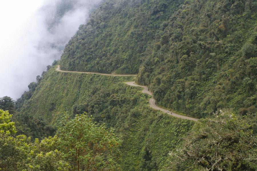 Chemin étroit en montagne