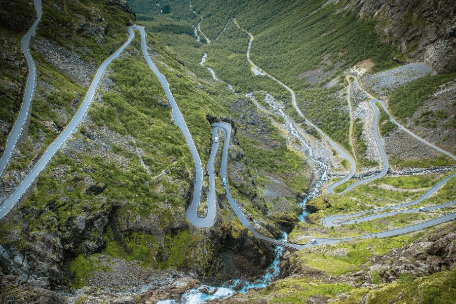 Route sinueuse en montagne