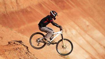 Cycliste avec vélo enduro
