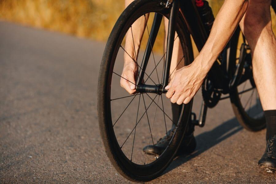 Révision de la roue d'un vélo