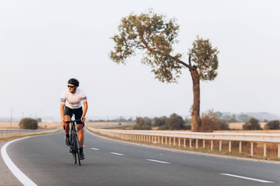 Cycliste avec vélo de route