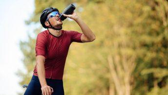Cycliste s'hydrate