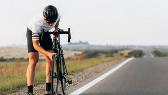 Cycliste change sa roue