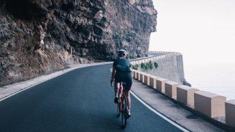 Femme sur vélo de route