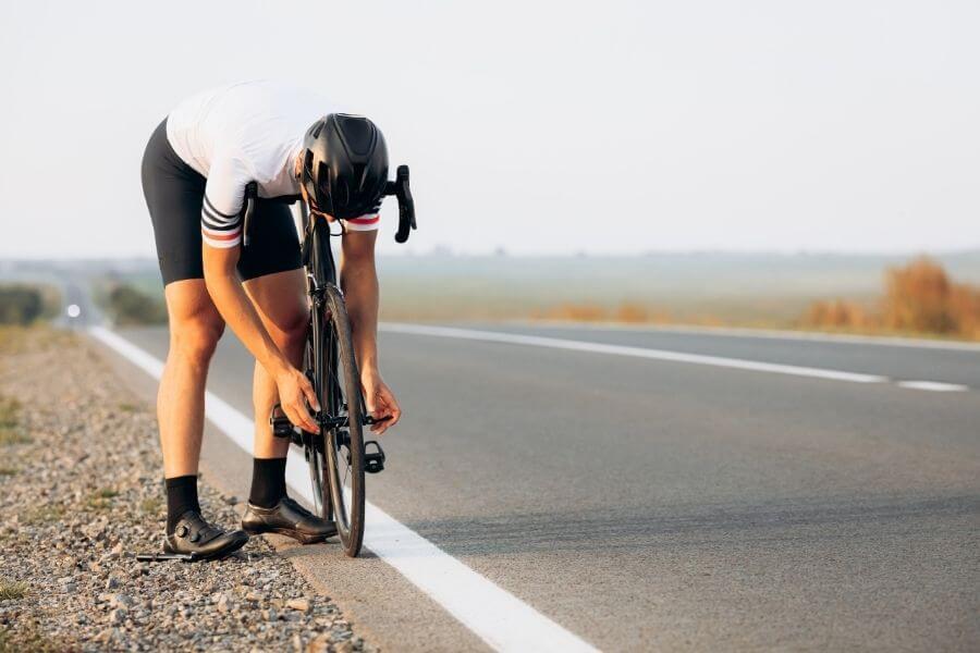 Cycliste démonte sa roue avant avant