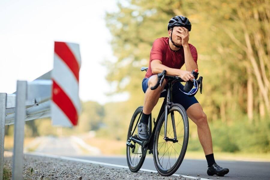 Cycliste épuisé avec vélo de route