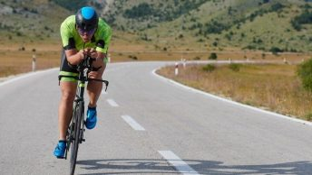 Triathlete sur vélo triathlon
