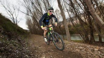 Vététiste avec vélo de montagne