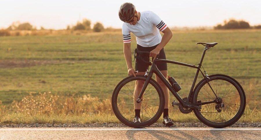 Cycliste à l'arrêt
