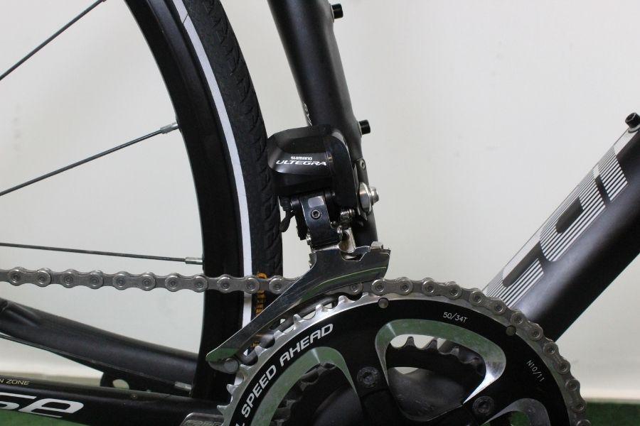 Dérailleur avant Shimano Ultegra Di2 sur un vélo de route